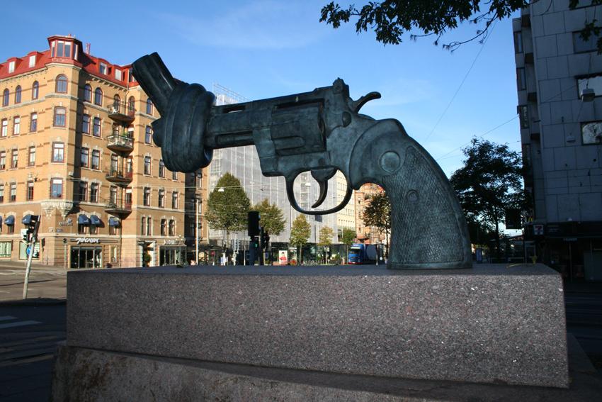 """Apariţie inedită pe străzile oraşului în timp ce mărşăluiam spre târg. Sculptura se numeşte """"No Violence"""", deşi eu am crezut la început că e dedicată vreunui scriitor de crime."""